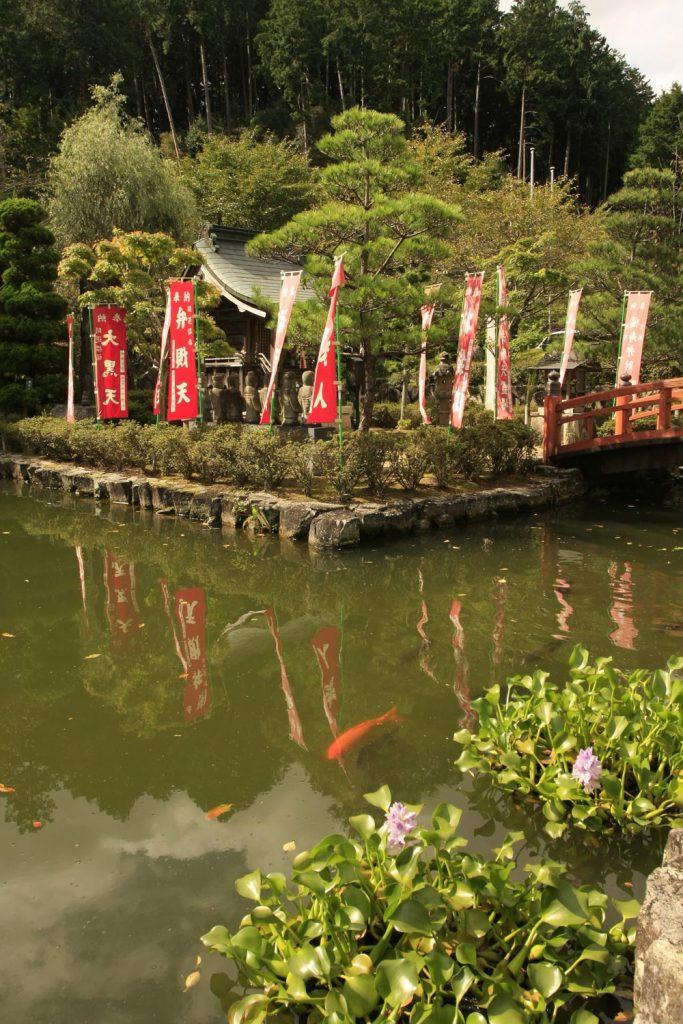 池と弁天様のお堂