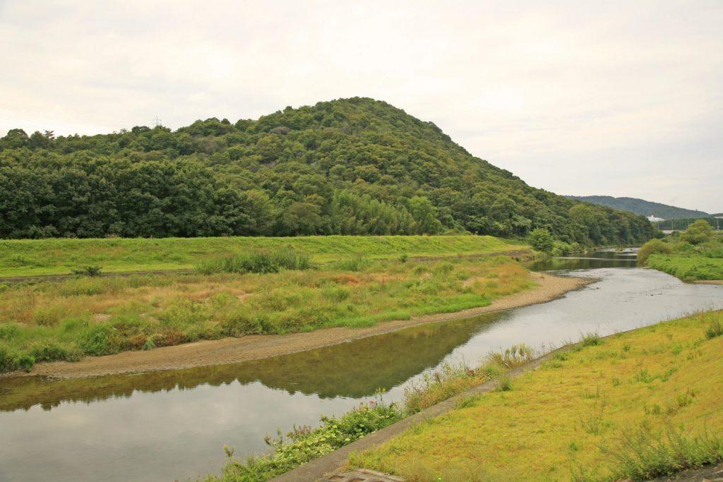 糠塚山と万願寺川