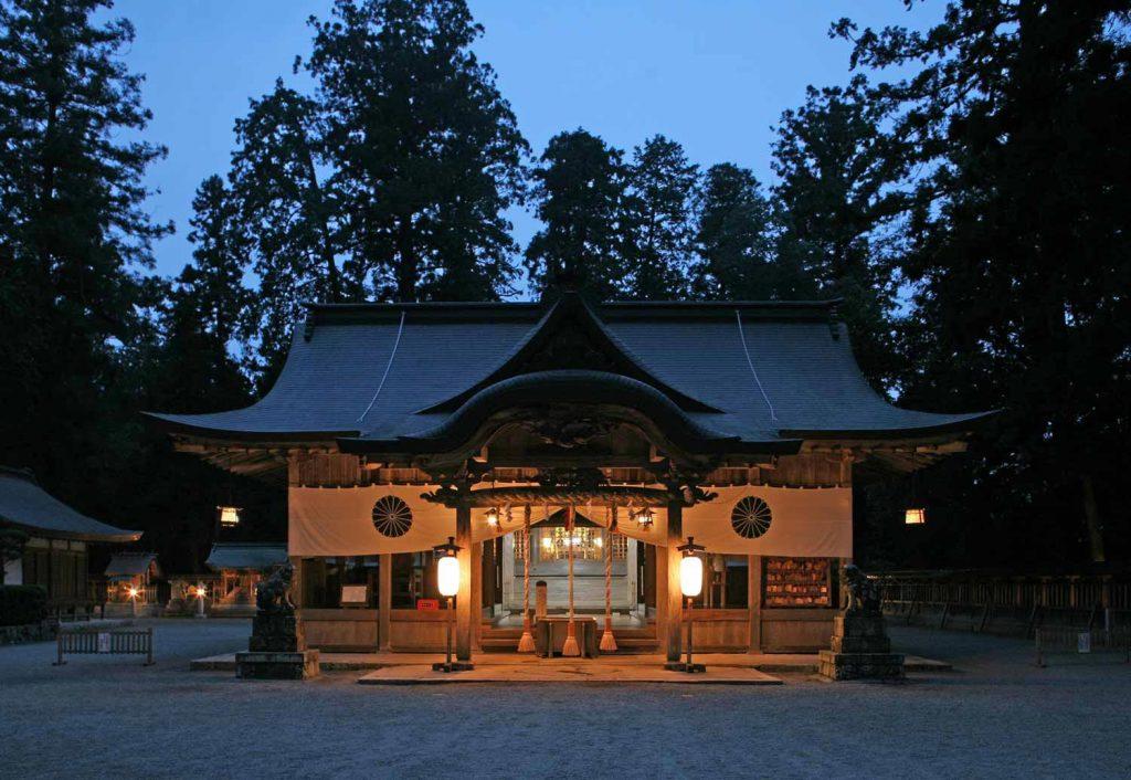 伊和神社の拝殿にともる灯