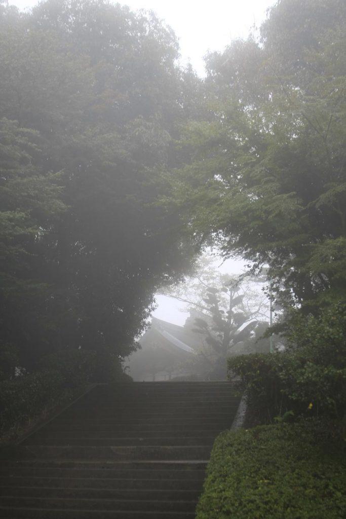 霧がかかる頂上