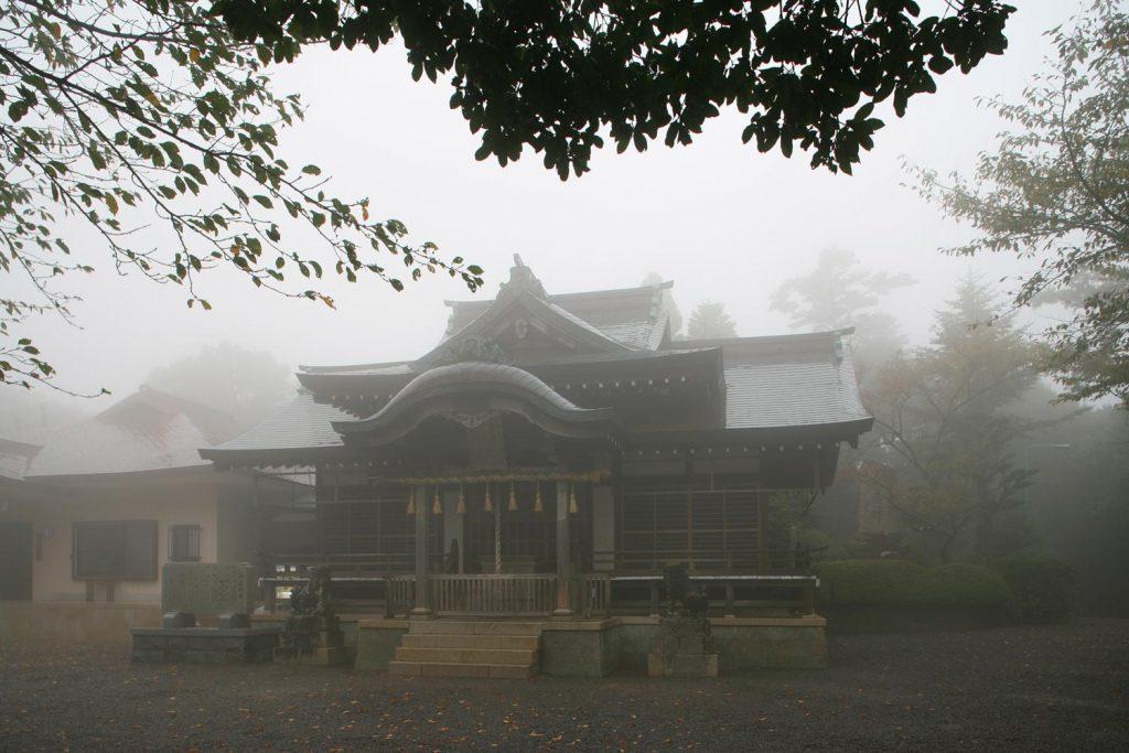 霧にかすむ本殿