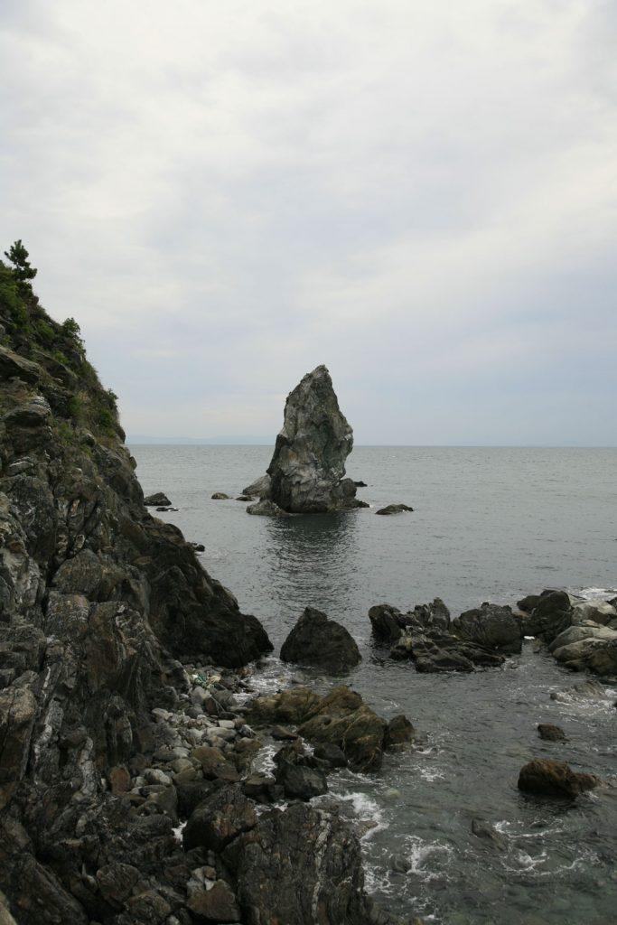 断崖の先に立つ岩