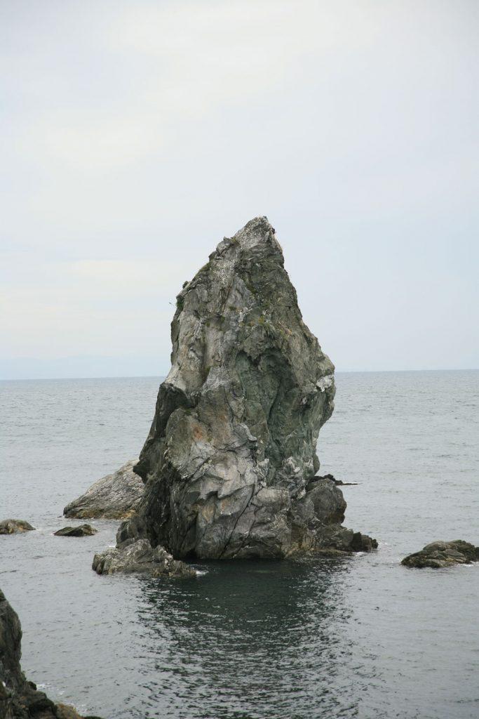 屹立する巨岩