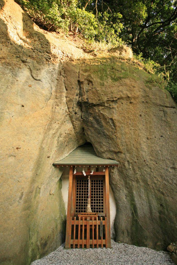 洞窟に祭られる
