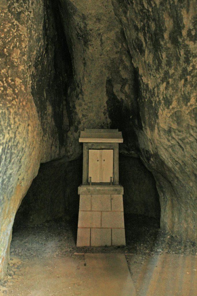 洞窟の奥の祠