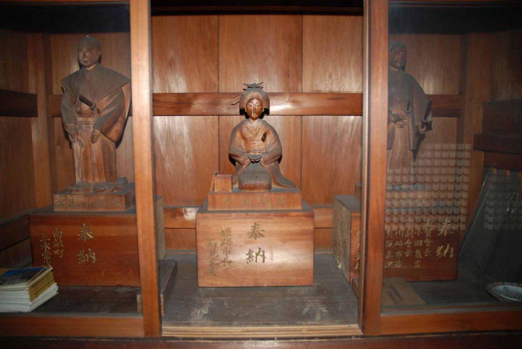 奉納された木像(左から小寺則職、お菊、青山鉄山)