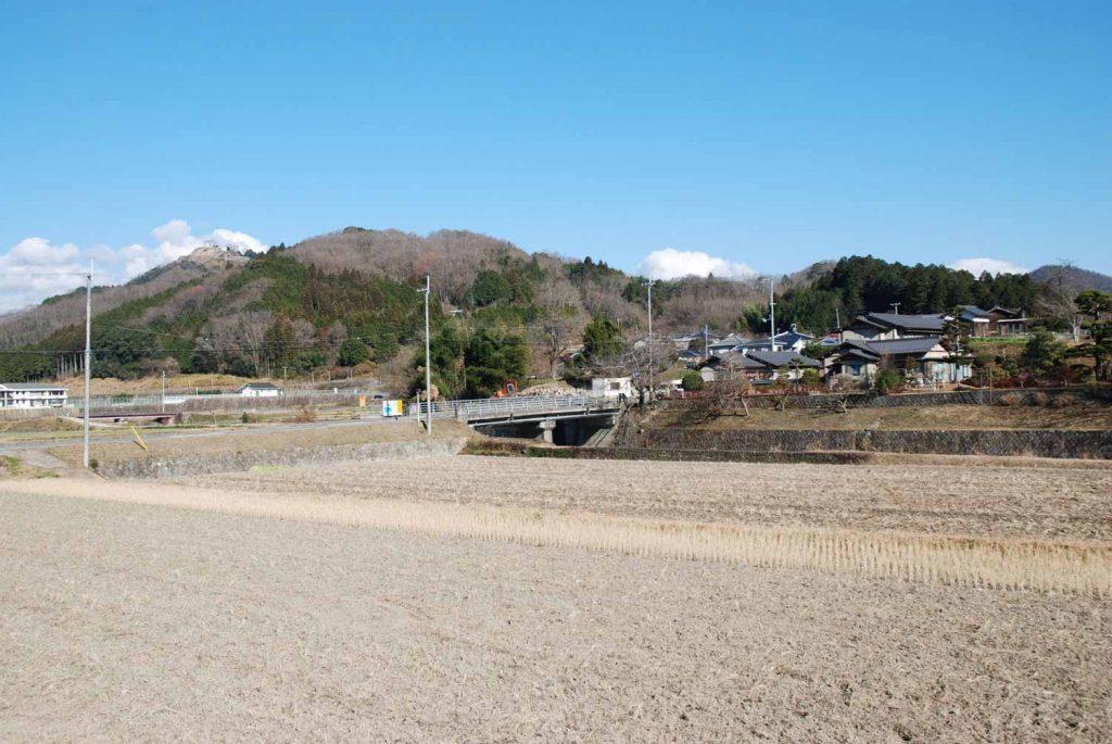利神城跡(奥の山頂部)と 口長谷の集落