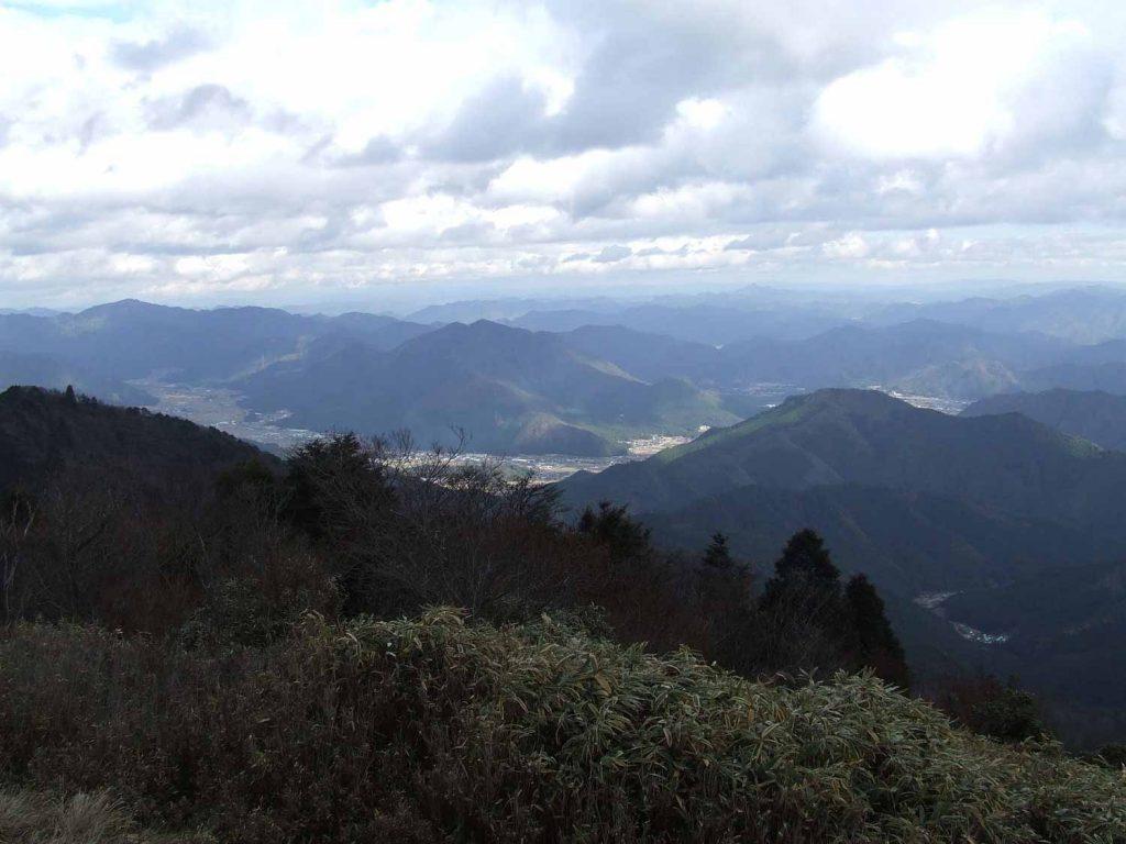 笠形山山頂から多可の谷を望む(右奥の大きな山が妙見山)