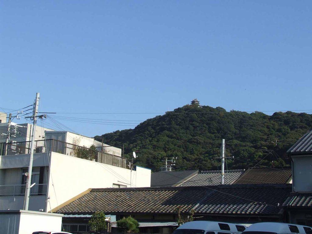 洲本市街から見た三熊山