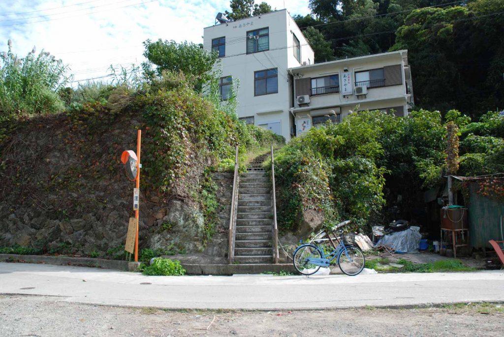王岩跡(かつてはカーブミラーがある擁壁の前まで岩が突き出ていたという)