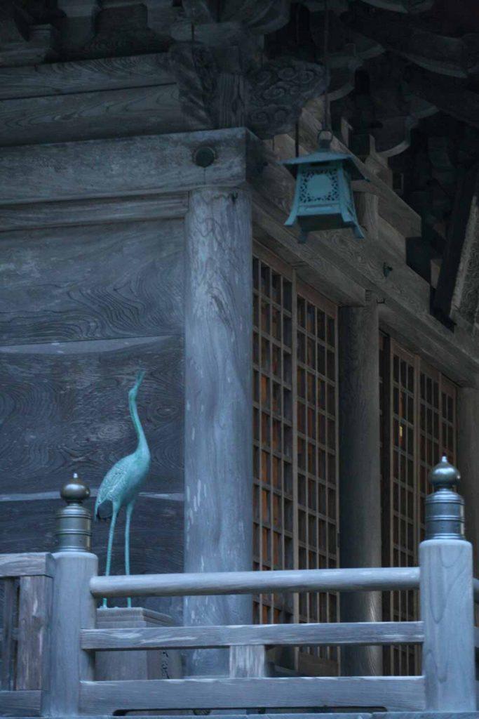 拝殿の鶴の写真