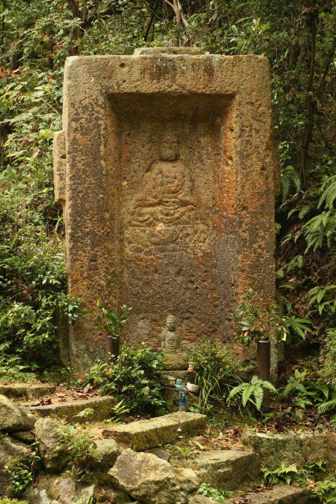家型石棺に彫られた像