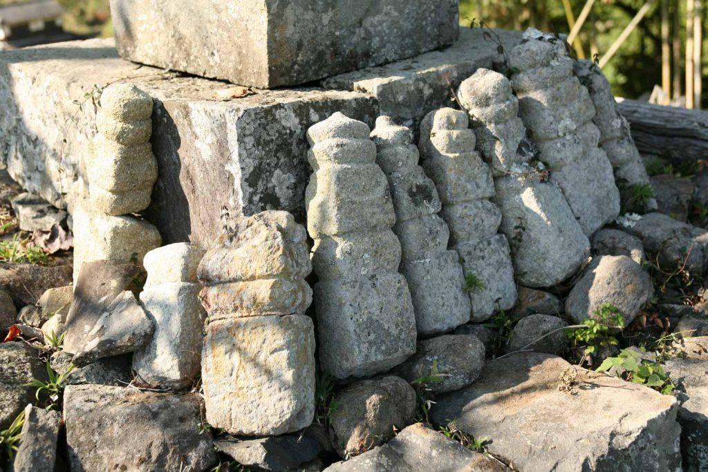 道満塚に集められた五輪塔