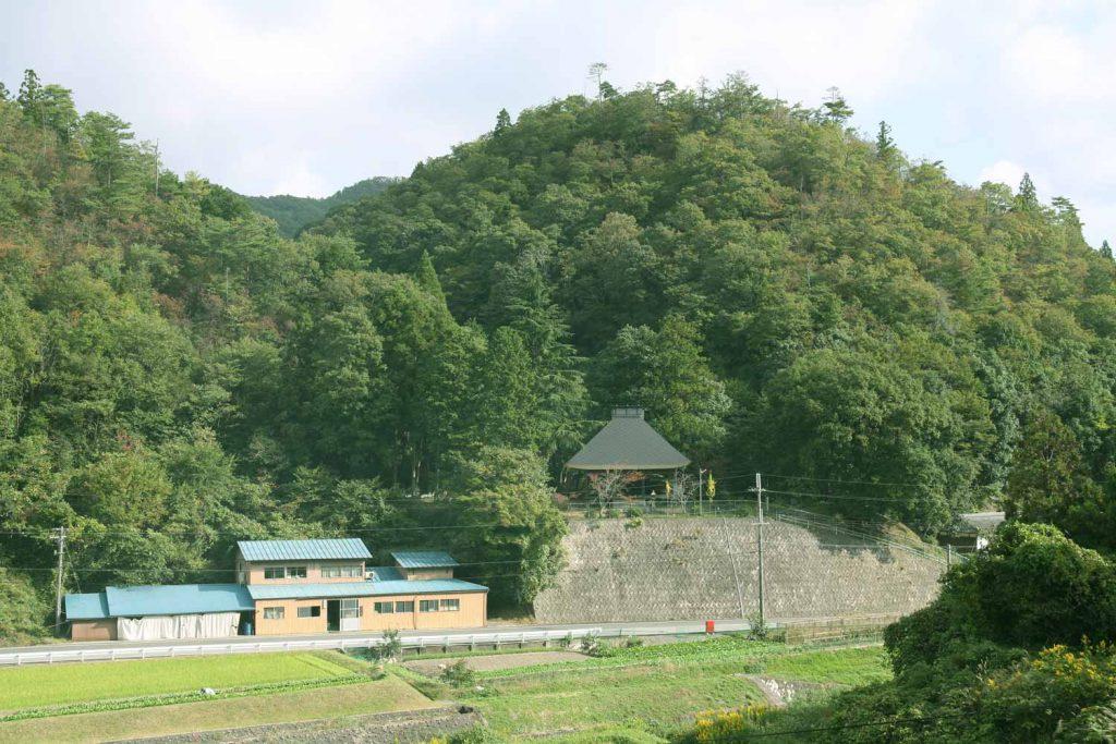 桑原の村から 和泉式部供養塔を見る