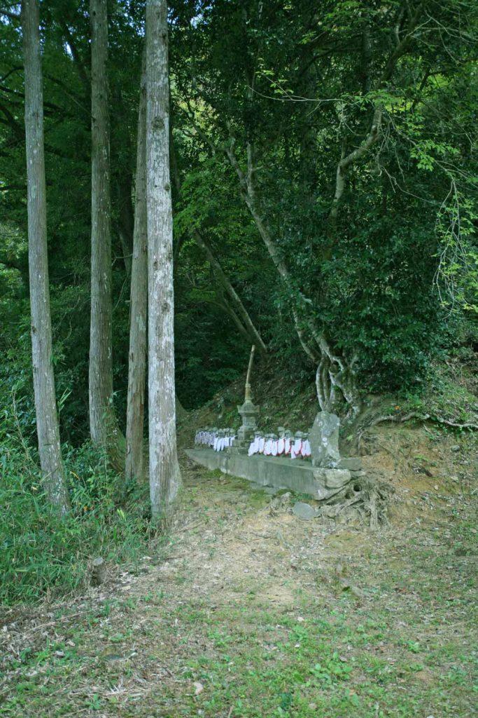 木立の中にある供養塔