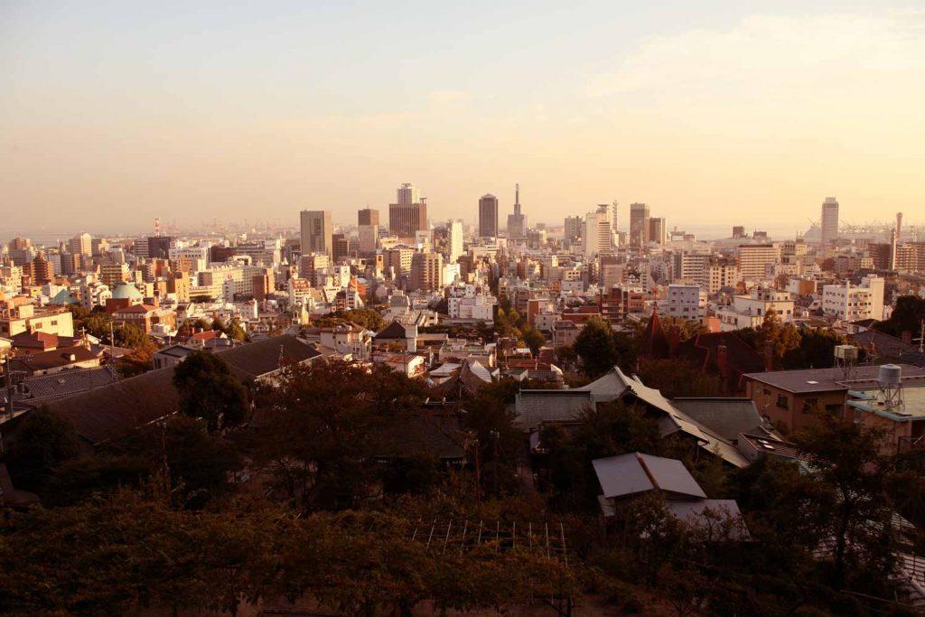 北野天満神社から神戸市の中心街を見る