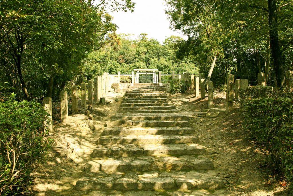 日岡山陵への階段