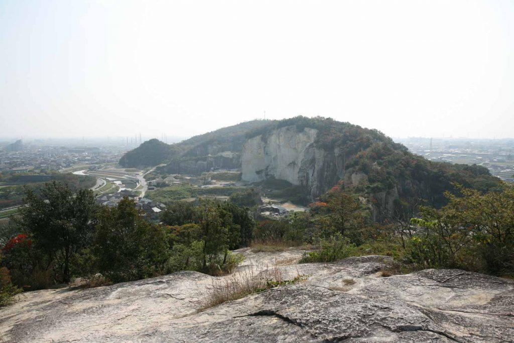 生石山から竜山を見る