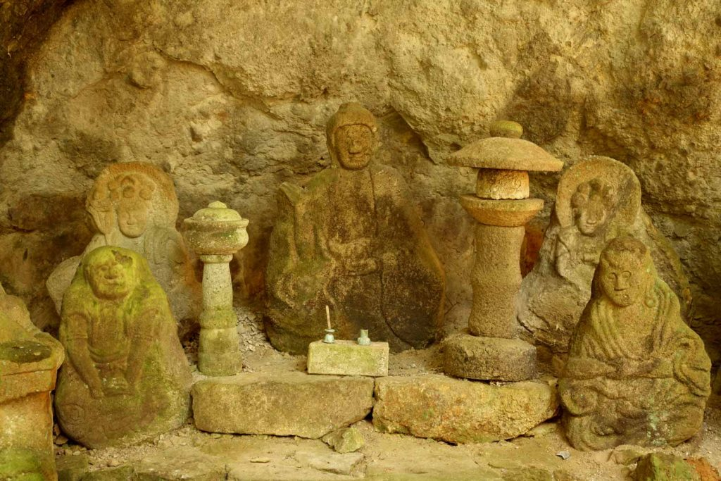 石仏(中央)