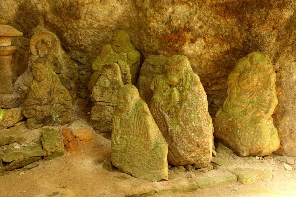石仏(右側)
