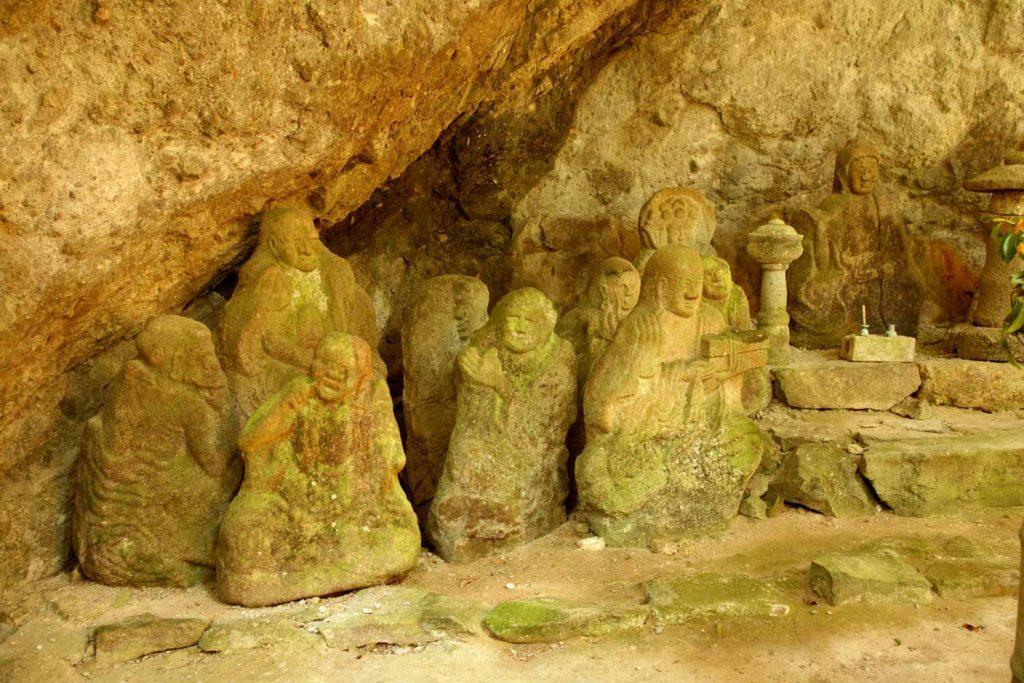 石仏(左側)